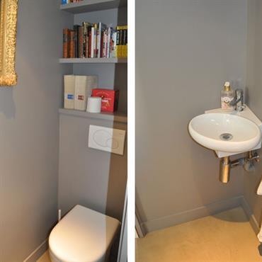 Espace toilettes avec étagères murales et lave mains