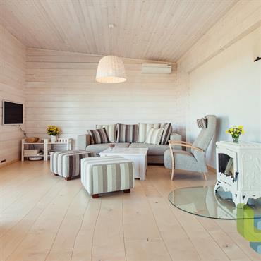 Salon d'mbiance scandinave. Bois clairs, tissus en lin à rayures taupe/lin/gris.