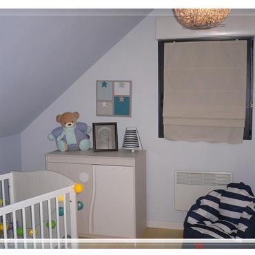 Une chambre de bébé (garçon... vous l'avez deviné !). Ambiance douce pour une harmonie de bleu, beige et blanc dans cette chambre d'enfant.