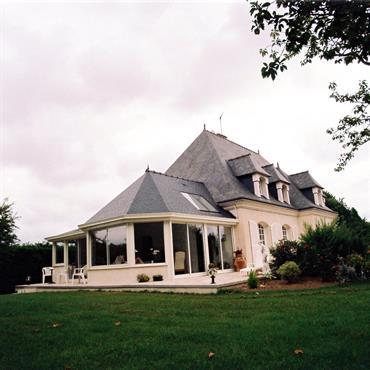Vue extérieure d'une extension avec un toit en ardoise