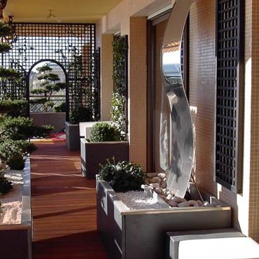 Terrasse esprit zen bois et pierre blanche