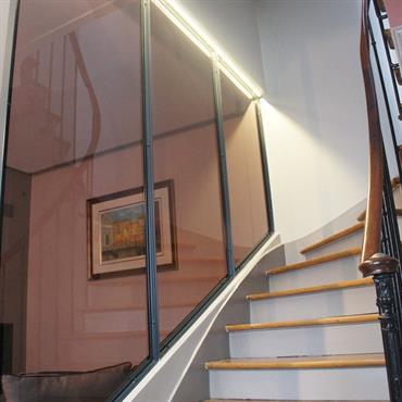 Un escalier tout en courbes avec sa vitre atelier rétroéclairée,
