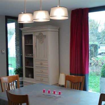 Mise en ambiance de la partie salle à manger, avec recherche de luminaires qui viennent habiller l'espace repas. Les rideaux bicolores donnent une touche de couleur  à la pièce. Tringle ...