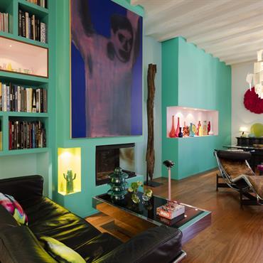 Mélange de style entre le mobilier vintage et les tons acidulés des murs