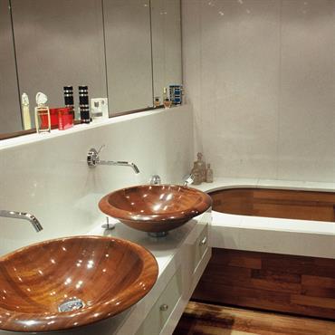Salle de bain en marbre de Grèce blanc pur Thassos et sanitaires en acajou vitrifié