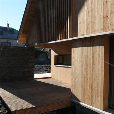 Terrasse protégée d'une paroi en pierres