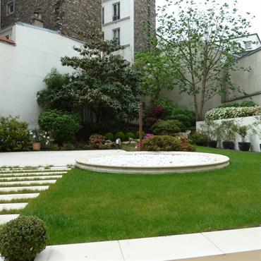 Petit jardin de ville avec dallage