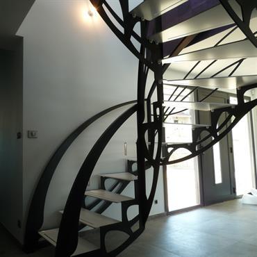 Cet escalier design double quart tournant inspiré des ailes d'un papillon et de style Art Nouveau est une création originale de Jean Luc Chevallier pour La Stylique.