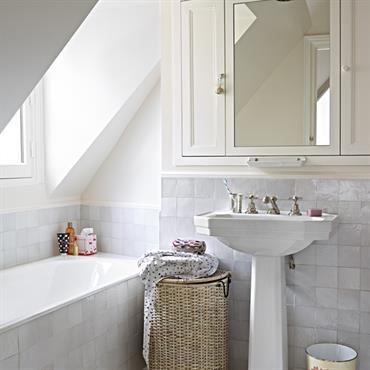 Salle de bain mansardée avec lavabo colonne à l'ancienne et de jolies faïences en pâte de verre