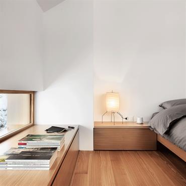 Chambre double lumineuse, fenêtre en bandeau. Parquet au sol, murs et plafonds blancs.