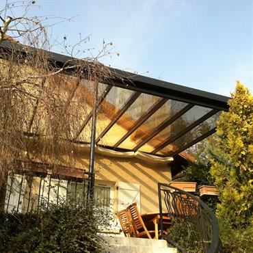 Pergola en acier vitrée afin de profiter toutes saisons de sa terrasse
