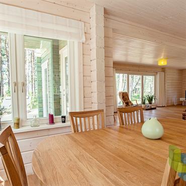 Salle à manger ouverte dans une maison en bois. Clarté et luminosité