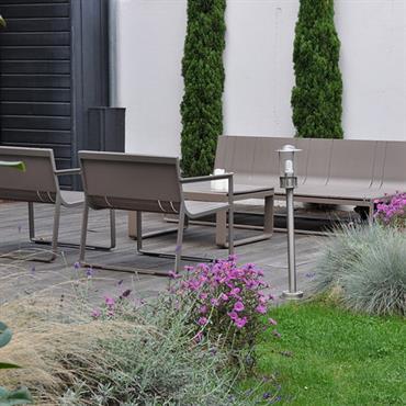 Jardin de ville paysagé avec salon de jardin design
