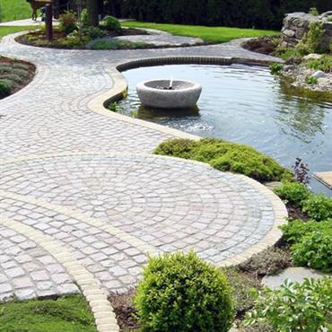 Jardin avec allée pavée et bassin