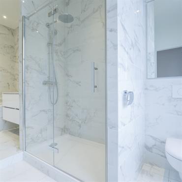 Marbre en revêtement de salle de bain. Rénovation d'un Appartement Haut de gamme à Paris © Archibald