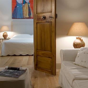 Chambre ouverte sur petit salon, look campagnard en blanc et bois