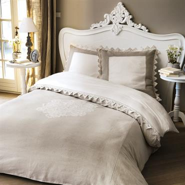 Délicatement brodée, la housse de couette 2 personnes Antique aux dimensions de 240 x 220cm, apportera à votre chambre un confort raffiné. Cette magnifique housse de couette en lin et ...