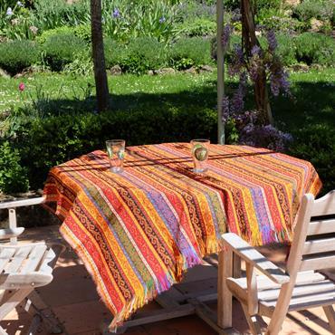 Le tissu Batys peut être utilisé comme dessus de table. Il rendra votre table très coloré !