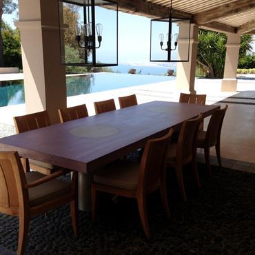 Pour cette table sur-mesure outdoor en béton dans le sud de la France, nous avons proposé à l'architecte d'intérieur un service de couleur sur-mesure.