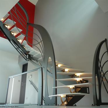 Cet escalier double quart tournant en métal d'inspiration Art Nouveau est une création de Jean Luc Chevallier pour La Stylique.