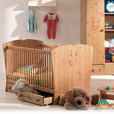 Chambre bébé en bois massif à l'atmosphère douce et riante