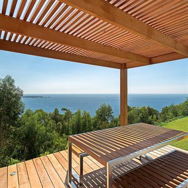 Terrasse ombragée lamelle en bois de biais