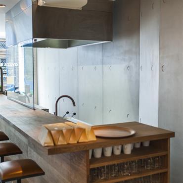 Gyoza Bar Dans le cadre de son nouveau restaurant, GYOZAR Bar a choisi de mettre en opposition à un mur de pierre brut, un mur entier de panneau mural en béton ...