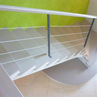 Escalier discret en gris clair