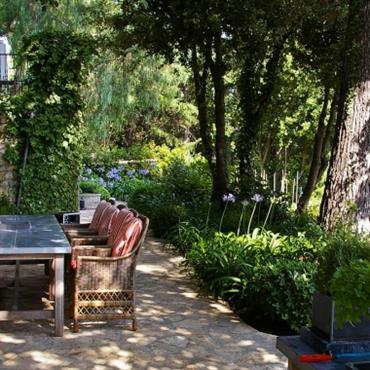 Terrasse en pierre ombragé et végétale