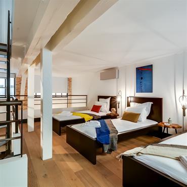 Dortoir en mezzanine. Couchage pour plusieurs enfants. Getting cozy in this dormatory !