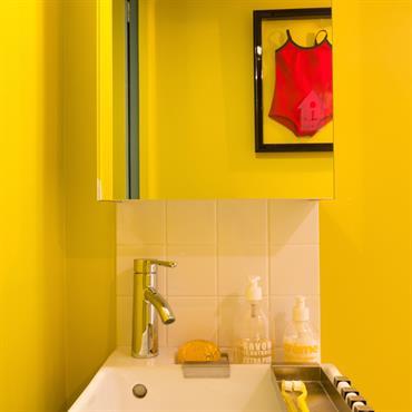 Salle d'eau colorée avec son coin lavabo