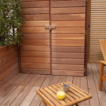 Terrasse en bois avec rangement pour outils