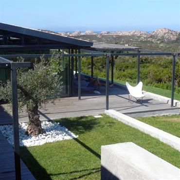 Grande terrasse avec structure de pergola, jardin en périphérie