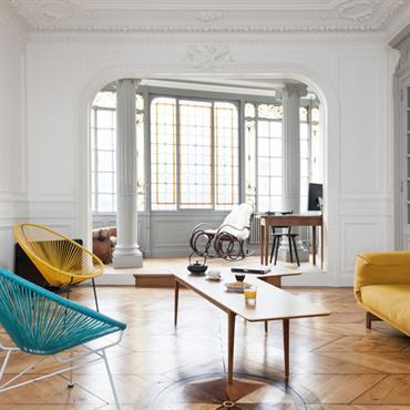 Mobilier moderne dans un appartement de style classique.