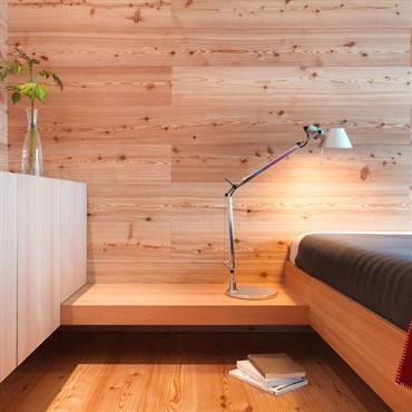 Chambre double en bois. Sol et mur et mobilier en pin.