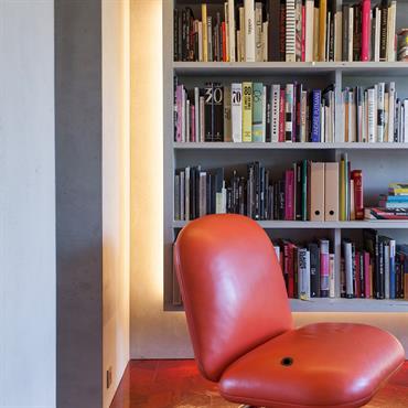 Appartement Paris 13ème. Réalisation « Concrete flat » - habillage des murs et plafond, de la bibliothèque suspendue, plan de travail de cuisine et de la porte.  Produits : Murs et plafond ...