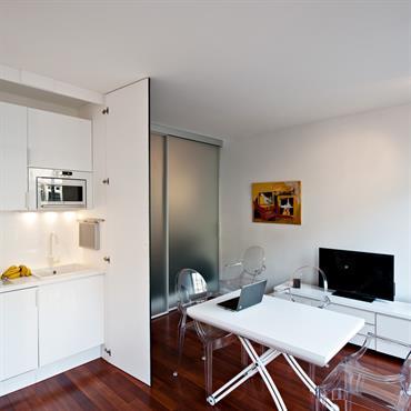 Studio avec kitchenette blanche à l'intérieur d'un placard