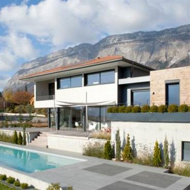 Villa à ossature bois avec piscine et terrasse