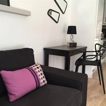 Salon moderne en tons gris et violet - Coin bureau