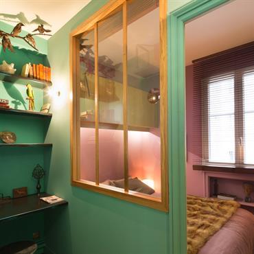 Un petit cabinet de curiosité a été installé dans l'entrée ,qui tient lieu de bureau.