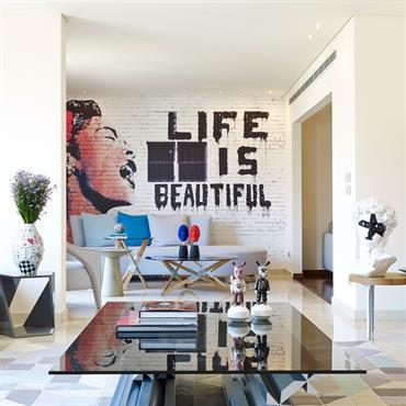 Enfilade du salon avec mur graffiti dans le fond