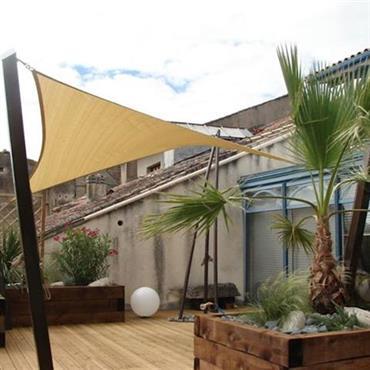 Terrasse en bois avec jardinières et toile tendue
