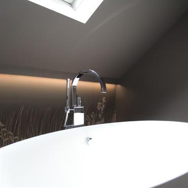 Baignoire îlot pour une salle de bain épurée sous les toits