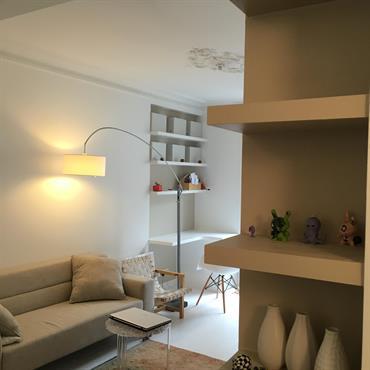 Aménagement et décoration de la pièce à vivre avec un coin bureau