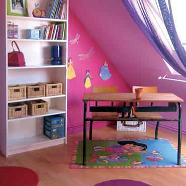 Un vrai bureau d'écolier dans une chambre de petite princesse qui aime le rose !