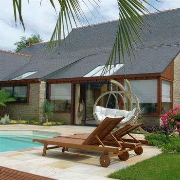 Construction d'une extension de la maison avec une porte coulissante sur la piscine