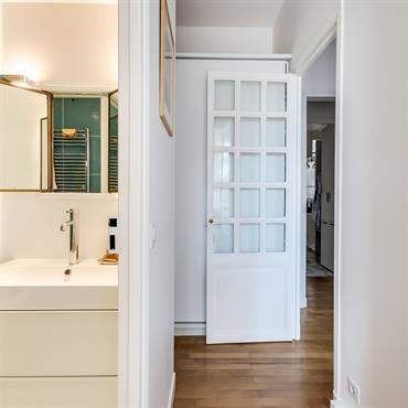 Beau mélange de contemporain et d'ancien dans cet appartement haussmannien rénové et modernisé.
