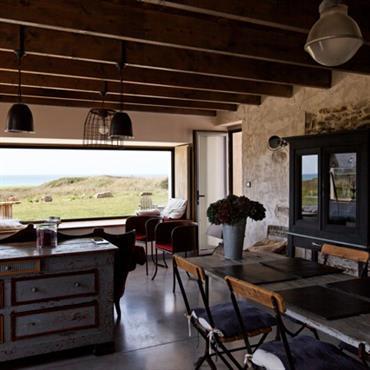Salle à manger traditionnelle avec plafond ancien aux poutres apparentes