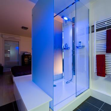 Douche à l'italienne avec lumière de couleur changeante