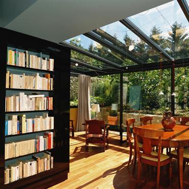 La véranda est équipée de stores anti - UV performants pour protéger le séjour, orienté plein Sud, des rayons du soleil.